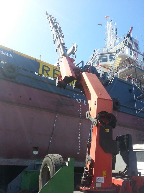 Grúa en el puerto esperando para ser cargada